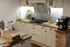 biela kuchyňa s masívnou doskou