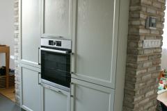 zabudovaná rúra v šedej kuchyni